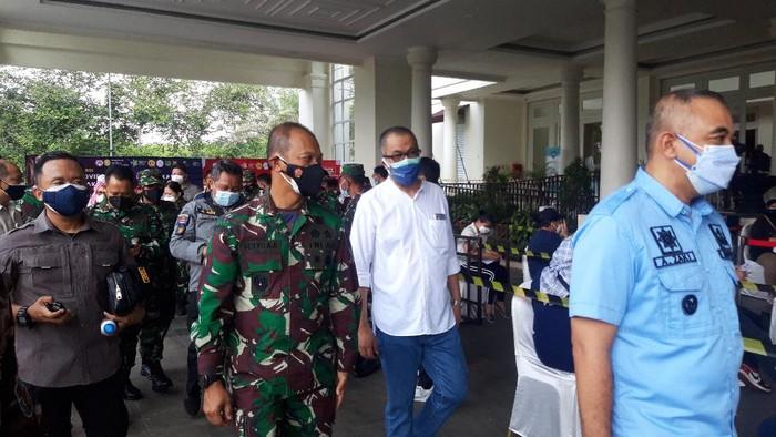 Pangdam Jaya Mayjen TNI Mulyo Aji meninjau vaksinasi COVID-19 massal di The Springs Club Summarecon, Serpong, Tangerang, Minggu (8/8/2021).