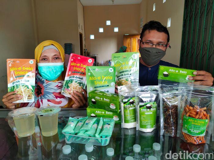Proses pengolahan lidah buaya menjadi aneka santapan di Galery De Cends Aloe Vera miliknya di Kalurahan Sidomulyo, Kapanewon Pengasih, Kulon Progo.