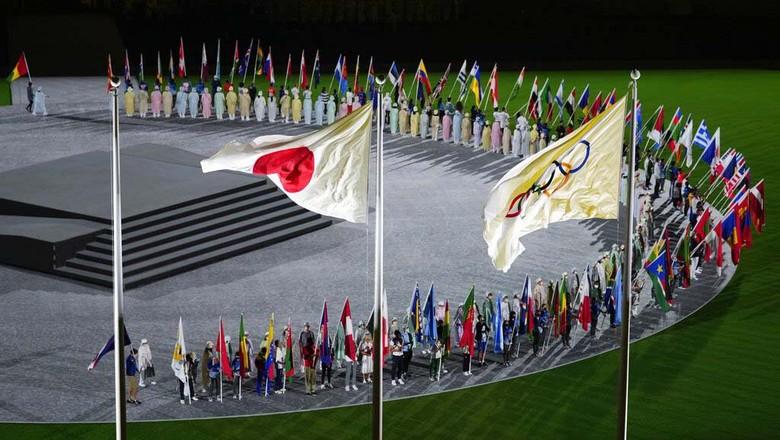 Penutupan Olimpiade Tokyo 2020 tengah berlangsung di Olympic Stadium, Tokyo, Jepang. Upacara itu dibuka dengan parade para atlet.