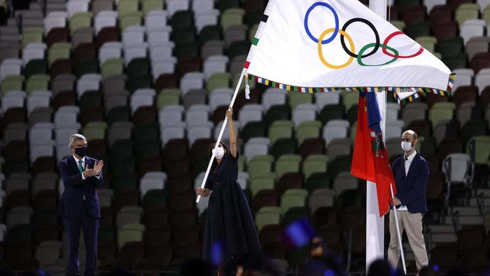 TOKYO, JAPAN - AUGUST 08: Mayor of Paris, Anne Hidalgo receives the olympic flag from President of the International Olympic Committee, Thomas Bach during the Closing Ceremony of the Tokyo 2020 Olympic Games at Olympic Stadium on August 08, 2021 in Tokyo, Japan. (Photo by Leon Neal/Getty Images)
