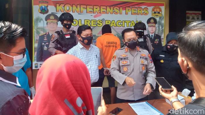 Polisi tak butuh waktu lama untuk mengungkap kasus pembunuhan wanita muda di Pacitan. Pelaku diketahui berinisial IM (24), saudara tiri korban.