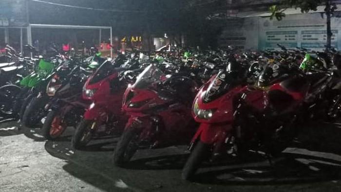Ratusan sepeda motor yang diamankan di Mapolres Klaten, Sabtu (7/8/2021).