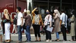 Warga Kota Bekasi antusias saat mengikuti vaksinasi massal COVID-19. Begini antrian warga saat vaksinasi massal di salah satu mal.