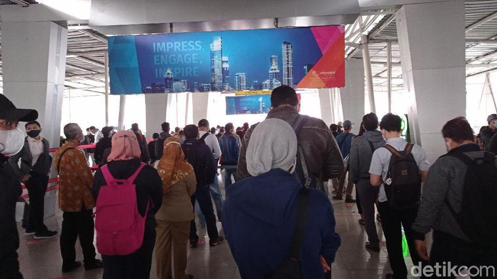 Ada Pemeriksaan STRP, Antrean Calon Penumpang KRL Mengular di Stasiun Bogor