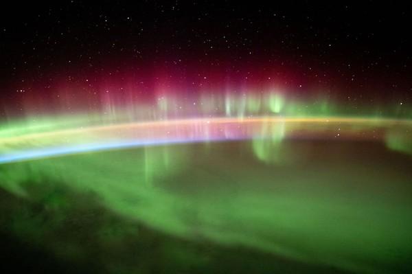 Dari luar angkasa, latar hitam langit membuat cahaya aurora memantul indah. Biar-bias jingga nampak mempesona dan menyala. (ISS/Instagram)