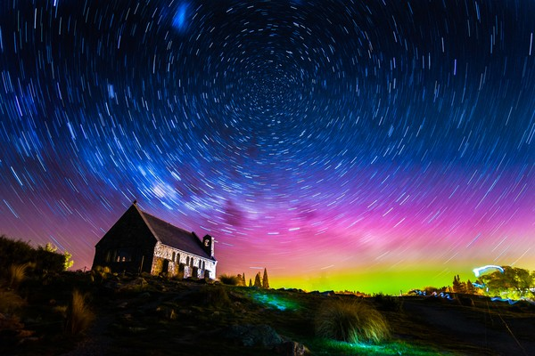 Aurora adalah fenomena alam yang menghasilkan cahaya menyala dan menari-nari di langit malam. (Getty Images/iStockphoto/Rattapon_Wannaphat)