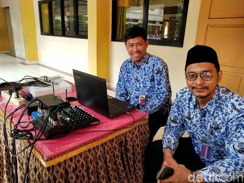 Dwi Sulistiana guru mata pelajaran PJOK (pendidikan jasmani olahraga dan kesehatan) di SDN BARU 02 PAGI, Jakarta.
