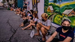 Warga Filipina rela antre hingga malam demi vaksin COVID-19. Antrean itu terjadi usai ada isu yang sebut penduduk yang tak vaksin akan kehilangan bantuan tunai.