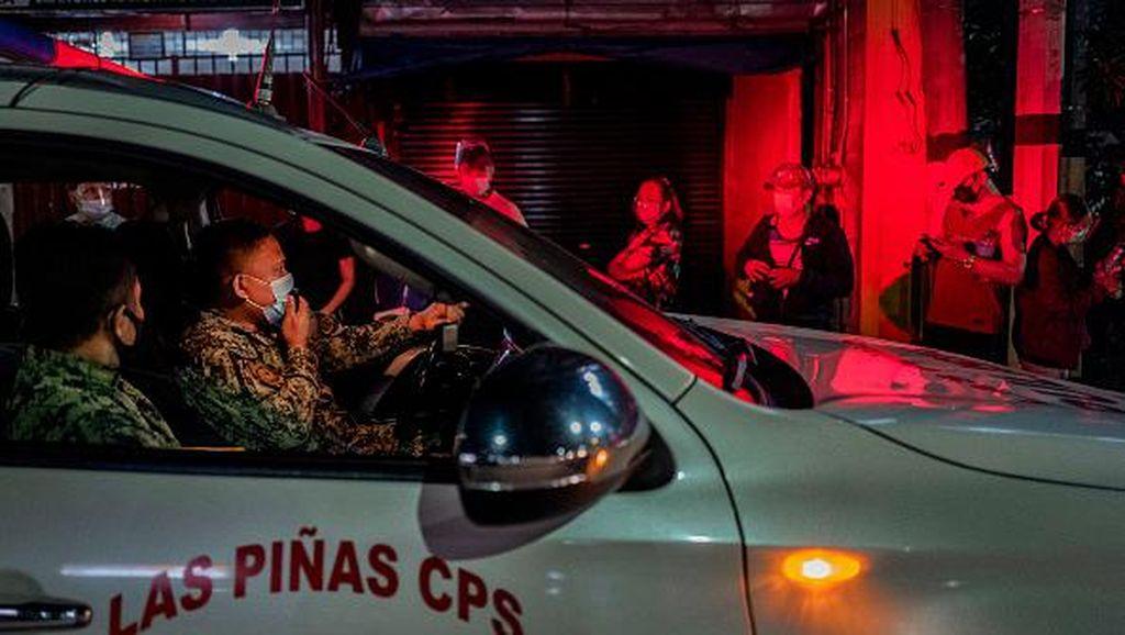 Diancam Duterte, Warga Filipina Rela Antre Vaksin Hingga Larut Malam