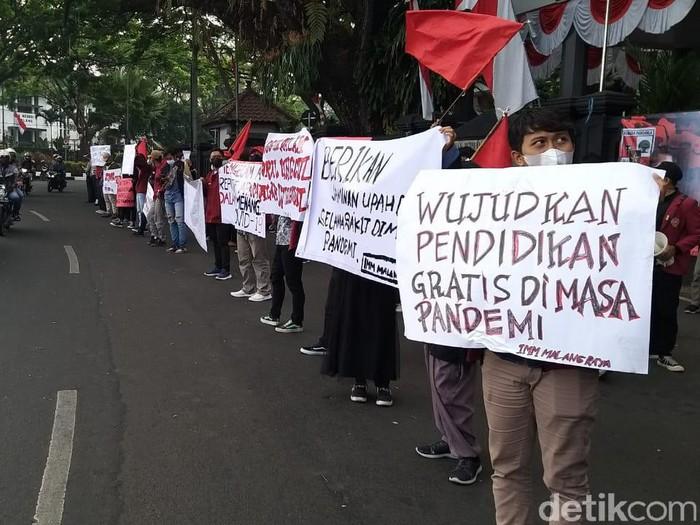 Ikatan Mahasiswa Muhammadiyah (IMM) Malang Raya demo mengkritik PPKM. Mahasiswa mendesak pemerintah menjalankan amanah undang-undang secara mutlak.
