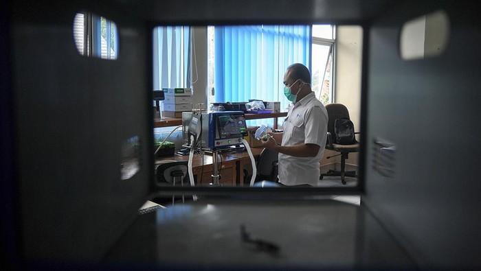 Peneliti Pusat Penelitian Elektronika dan Telekomunikasi (P2ET) Lembaga Ilmu Pengetahuan Indonesia (LIPI) Eko Joni Pristianto menguji coba ventilator Smart Innovated Ventilator Indonesia (Sivenesia) di Kantor LIPI, Cisitu, Bandung, Jawa Barat, Senin (9/8/2021). Ventilator dengan menggunakan sistem android dan memiliki mode CPAP-BPAP tersebut dapat beroperasi selama empat hingga enam jam tanpa listrik dan akan diproduksi massal usai menjalani uji klinis di RSHS serta mendapatkan ijin edar dari Kementerian Kesehatan guna membantu menanggulangi pandemi COVID-19. ANTARA FOTO/Raisan Al Farisi/rwa,