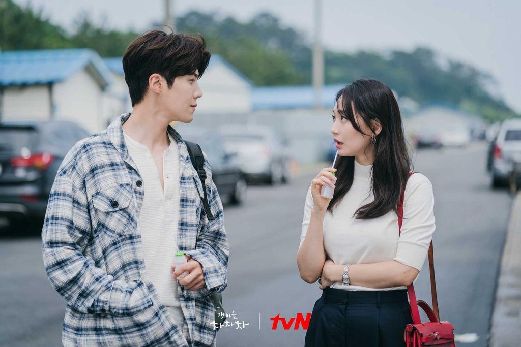 Kim Seon Ho dan Shin Min Ah dalam drama Korea Hometown Cha Cha Cha
