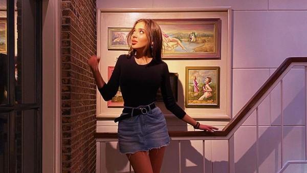 Ceritanya, bulan Januari 2020 lalu Taskin liburan ke Belanda dan berkunjung ke Museum Seks Amsterdam. Di dalam, dia berfoto-foto dan memamerkan souvenir sex toys yang dibelinya. Tak disangka, oleh pengadilan Turki hal itu dianggap sebagai menyebarkan konten pronografi. (Instagram/Merve Taskin)