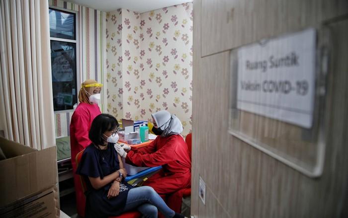 Vaksin dosin ketiga atau booster diberikan untuk tenaga kesehatan di Puskesmas Cilincing, Jakarta Utara, Senin (9/8). Vaksin yang diberikan adalah vaksin Moderna.