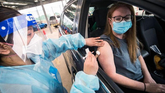 Pelayanan vaksinasi COVID-19 tanpa turun kendaraan bagi warga Victoria, pertama digelar di Australia. Sejumlah warga pun antusias ikut serta vaksinasi tersebut.