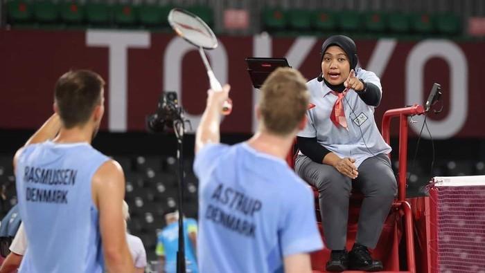 Seorang guru SD asal Surabaya mencatatkan namanya di Olimpiade Tokyo 2020. Bukan sebagai atlet, namun sebagai salah satu wasit bulu tangkis di ajang pesta olahraga dunia empat tahun sekali itu.