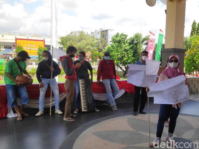 Sekelompok seniman curhat ke kantor Bupati Rembang tapi ditolak masuk