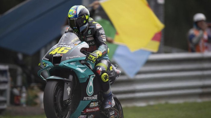 SPIELBERG, AUSTRIA - AUGUST 08: Valentino Rossi of Italy and Petronas Yamaha SRT lifts the front wheel and greets the fans during the MotoGP race during the MotoGP of Styria - Race at Red Bull Ring on August 08, 2021 in Spielberg, Austria. (Photo by Mirco Lazzari gp/Getty Images)