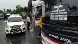 Kartu vaksinasi jadi syarat tambahan untuk berpergian. Di terminal bus Tanjung Priok, petugas sudah melakukan pemeriksaan bukti vaksinasi dari penumpang.