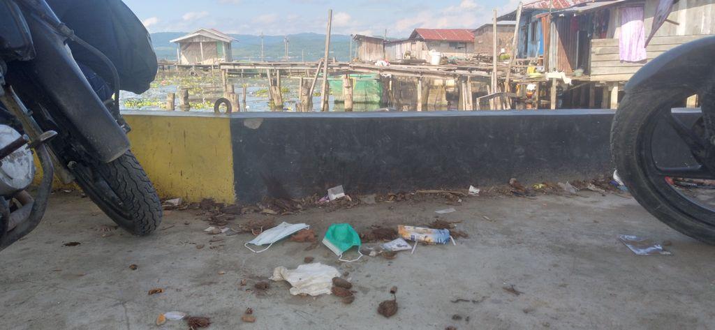 Danau Sentani penuh sampah masker