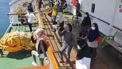 KM Umsini menampung pasien yang mau melakukan isoman. Para pasien tampak olahraga dan berjemur bersama di atas kapal.