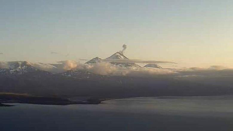 Gunung Pavlof di Alaska erupsi