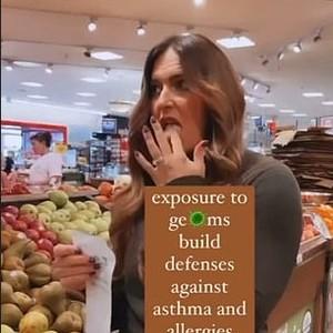 Viral Wanita Anti-vaksin Jilat Keranjang Hingga Pintu Kulkas di Supermarket