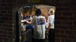 Salah satu kelab malam hits di London, Heaven, disulap menjadi pusat vaksinasi. Kelab malam ini diubah untuk meningkatkan jumlah anak muda yang divaksinasi.