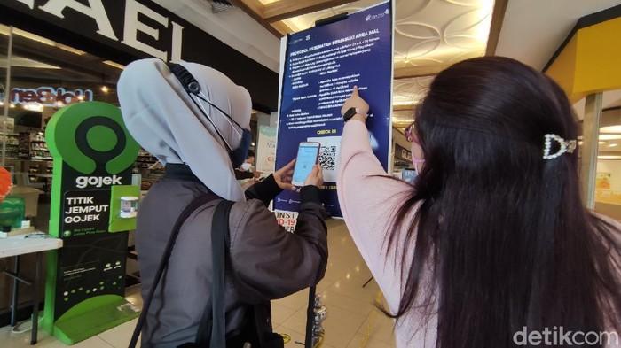 Ada 10 mal di Semarang yang diperbolehkan beroperasi hari ini. Salah satunya Paragon Mal di Jalan Pemuda. Berikut foto-foto suasana terkininya.