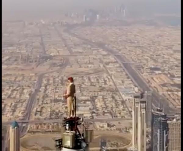 Emirates sebelum melakukan aksi menantang ini, memberi kesempatan kepada semua awak kabinnya yang mampu dan sanggup. Namun demi alasan keamanan, Emirates akhirnya menunjuk seorang instruktur skydiving untuk melakukan aksi menantang ini.
