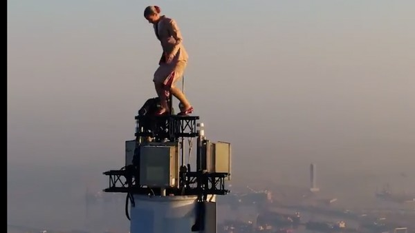 Di puncak menara itu hanya ada ruang berpijak sebesar 1,2 meter. Butuh keberanian yang tinggi untuk melakukan aksi stunt ini.