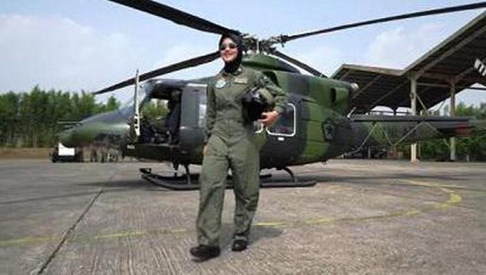 Pekerjaan sebagai penjual jagung bakar sering dipandang sebelah mata tapi pria ini sukses membesarkan anak yang kini menjadi pilot. Putrinya berhasil jadi pilot wanita pertama TNI AD.