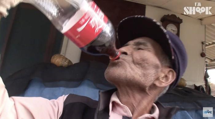 Selama 20 Tahun, Kakek Ini Makan Nasi Pakai Kuah Coca-Cola!