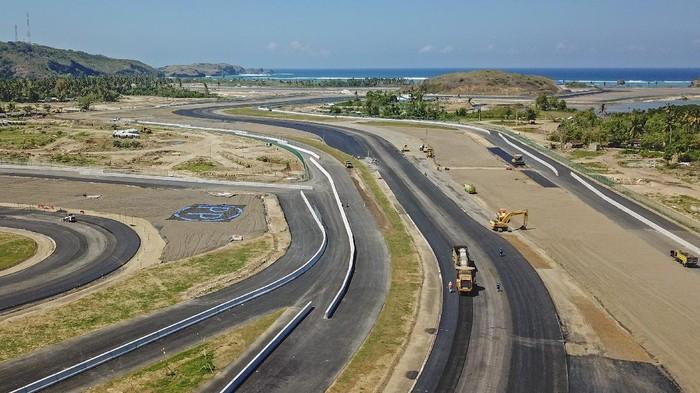 Sejumlah pekerja menyelesaikan pemasangan rangka lampu start pada proyek pembangunan lintasan Mandalika International Street Circuit di Kawasan Ekonomi Khusus (KEK) Mandalika, Pujut, Praya, Lombok Tengah, NTB, Selasa (10/8/2021). Mandalika Grand Prix Association (MGPA) selaku promotor dan operator sirkuit menyebutkan hingga akhir bulan Juli 2021 progres keseluruhan yang dilihat dari pekerjaan trek dan pekerjaan bangunan fasilitas pendukung di dalam trek sirkuit Mandalika sudah mencapai 89,12 persen. ANTARA FOTO/Ahmad Subaidi/aww.