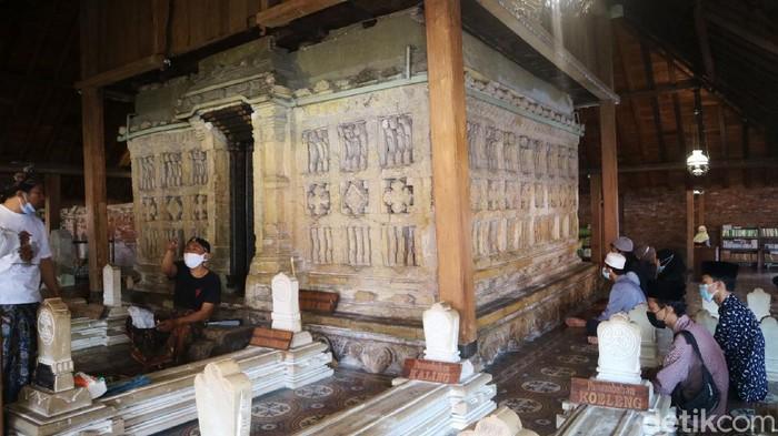 Tradisi pelepasan luwur makam Sunan Kudus selalu dilakukan setiap 1 Muharram. Tahun ini pelepasan dilakukan cukup sederhana karena pandemi COVID-19.