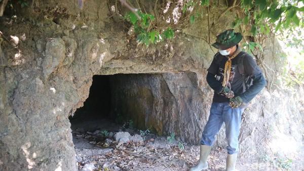 Traveler yang mau masuk gua harus merunduk. Dengan mulut gua yang sangat pendek, di dalam gua cukup gelap. Gua ini diperkirakan ada sejak 1942. (Dian Utoro Aji/detikTravel)