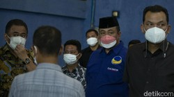 Sejumlah warga mendatangi GOR Kalideres, Jakarta Barat, Rabu (11/8/2021). Memanfaatkan hari libur nasional warga berbondong-bondong mendatangi sentra vaksinasi.