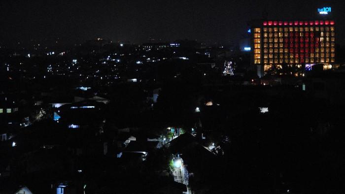 Lampu sebuah hotel menyala membentuk simbol hati di Kota Bogor, Jawa Barat, Selasa (10/8/2021) malam. Simbol hati dengan lampu berwarna merah dan putih di hotel tersebut selain untuk menyambut peringatan HUT ke-76 Kemerdekaan RI sekaligus sebagai bentuk semangat perjuangan dalam menghadapi pandemi COVID-19. ANTARA FOTO/Arif Firmansyah/wsj.