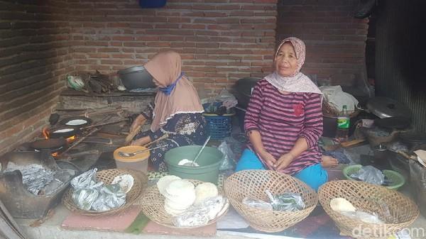 Sebungkus jepa harganya 5000 rupiah, isinya tiga (jepa). Dalam sehari penjual jepa bisa meraup untung hingga Rp 200 ribu. Aktivitas membuat dan menjual jepa dilakukan dari pagi hingga siang hari. (Abdy Febriady/detikTravel)