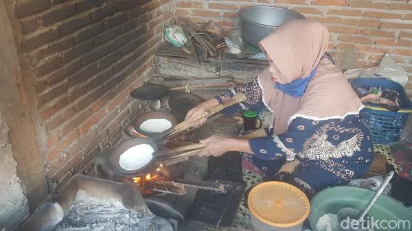 Jepa dibuat dengan cara memasukkan parutan singkong bercampur kelapa ke atas tembikar yang terbuat dari tanah liat yang sudah dipanaskan memakai kayu bakar. Oleh warga setempat, alat membuat jepa disebut panjepangan. (Abdy Febriady/detikTravel)