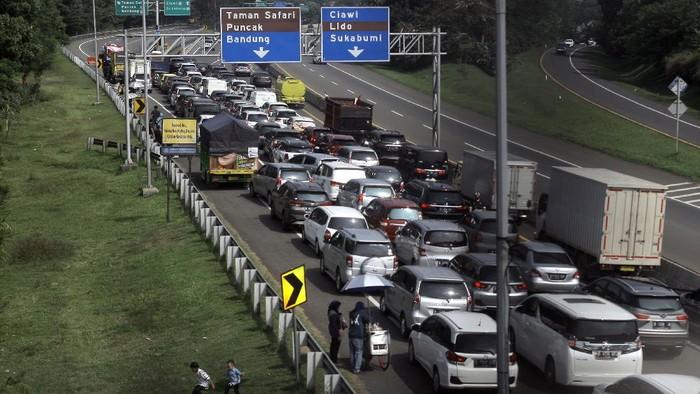 Kemacetan terjadi di jalur Puncak, Bogor. Banyak warga yang berlibur ke Puncak saat libur tahun baru Islam ini.