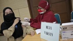 Momen libur Tahun Baru Islam dimanfaatkan sejumlah warga untuk ikut vaksinasi COVID-19. Vaksinasi COVID-19 pun terus digencarkan demi capai herd immunity.