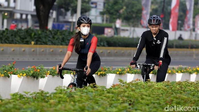 Sejumlah warga berolahraga di kawasan Jalan Jenderal Sudirman, Jakarta, Rabu (11/9/2021). Libur tahun baru Islam yang digeser pemerintah pada hari ini dimanfaakan oleh sejumlah warga untuk berolahraga.