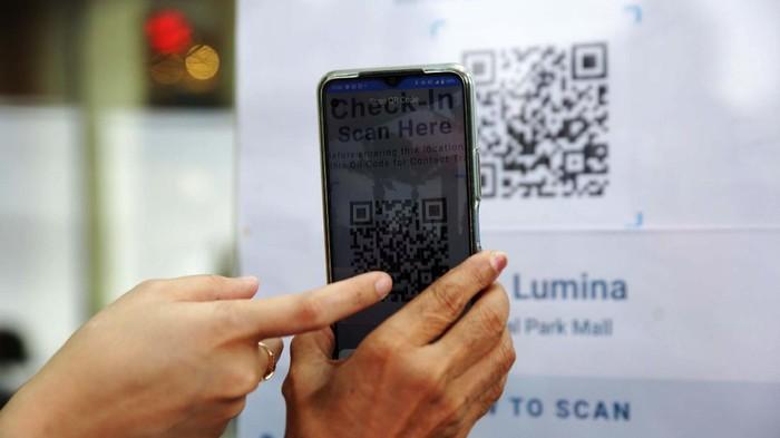 Pengunjung saat scan barcode untuk memasuki Mal Cental Park, Jakarta, Rabu (11/8/2021).