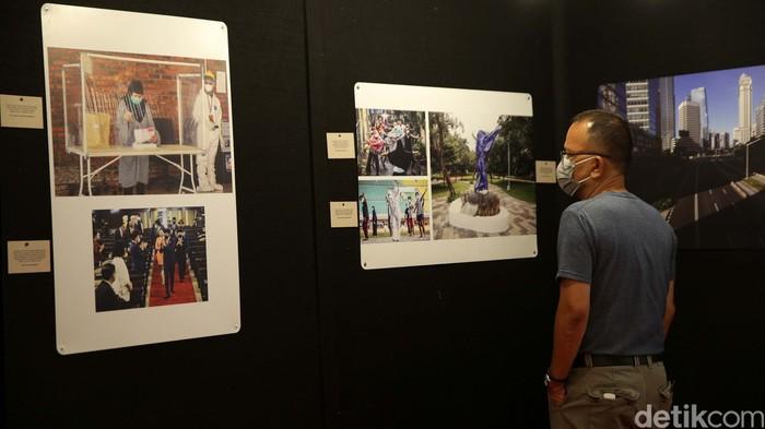 Warga melihat pameran foto jurnalistik Indonesia Tangguh Indonesia Tumbuh yang digelar di Mal Central Park, Jakarta, Rabu (11/8/2021).
