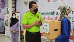 Seribu paket buah diserahkan pada tenaga kesehatan di Jakarta dalam Gelar Buah Nusantara (GBN) yang juga wadah akselerasi Gerakan Bangga Buatan Indonesia (BBI).