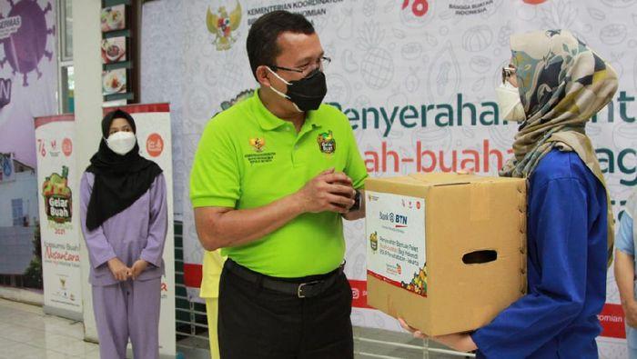 Direktur Utama Bank BTN Haru Koesmahargyo menyerahkan paket buah kepada tenaga kesehatan (Nakes) dalam acara Gelar Buah Nusantara (GBN) di Rumah Sakit Persahabatan Jakarta, Selasa (10/8). Dalam acara GBN tersebut, Bank BTN memberikan 1.000 paket buah untuk diserahkan kepada tenaga kesehatan di Jakarta. GBN merupakan wadah akselerasi Gerakan Bangga Buatan Indonesia (BBI) yang dicanangkan oleh Presiden Joko Widodo pada tanggal 14 Mei 2020 dalam rangka meningkatkan perekonomian usaha mikro, kecil, dan menengah (UMKM) serta menumbuhkan pasar bagi produk- produk nasional.