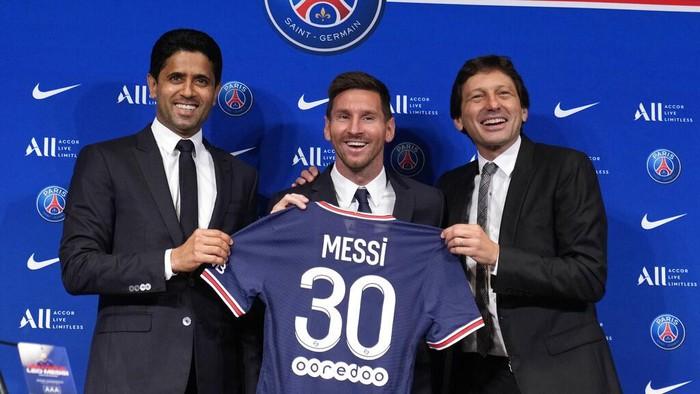 Bergabungnya Lionel Messi ke PSG menjadi perhatian dunia. Patung lilin Messi di Jerman pun berganti baju dari jersey Barcelona ke jersey PSG.