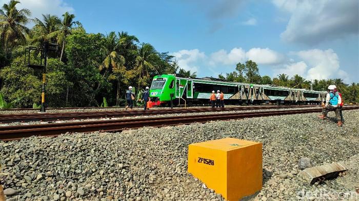 Jalur kereta api (KA) Bandara YIA di Kulon Progo, DIY, mulai diuji coba. Pengujian dilakukan untuk pastikan kelaiakan jalur sebelum operasional perdana.