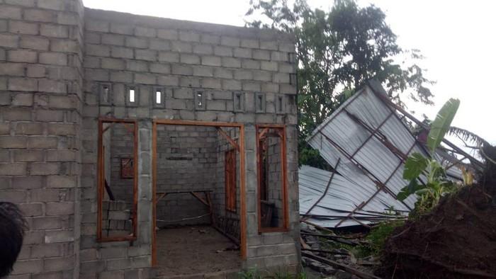 Belasan rumah di Langkat rusak diterjang angin kencang dan hujan deras